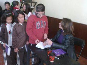 Bertha Balestra firmando libros