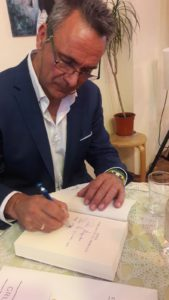Fotografía de Fernando García Siles firmando un libro. Editorial adarve