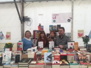 Pilar Lozano y Andrea Fernández junto a libreros en Fiesta del libro Chamartín. Editorial Adarve
