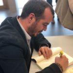 Goñi firmando ejemplares. Editoriales de España