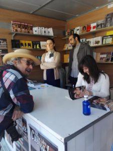 Firma de ejemplares Paz López en Feria del libro Cuenca lee, Editoriales de España, Adarve