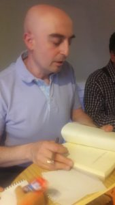 Monedero firmando ejemplares. Editoriales de España, Adarve