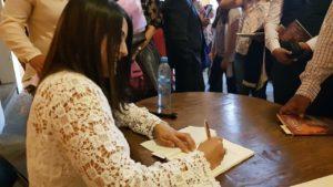 Belinda Díaz durante la firma de ejemplares. Editoriales actuales de España, Adarve