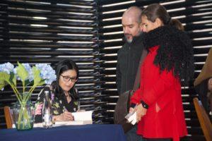 Alejandra Navas firma ejemplares de su libro Linaje. Editorial Adarve de España