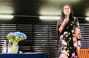 Alejandra Navas durante la presentación de su novela Linaje. Editoriales actuales de España, Adarve