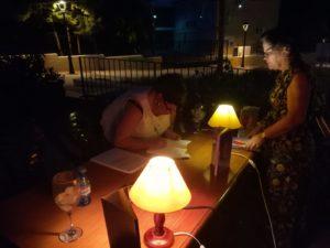 La noche cae en la Bobadilla durante la presentación de Charo Mejía. Editorial Adarve