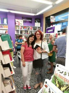 Paz López junto a una lectora feliz. Editoriales de España, Adarve