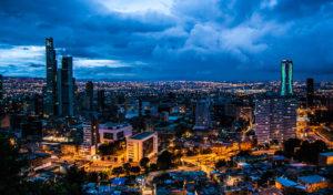 Vista noctura de Bogotá Colombia. Editoriales españolas, Editorial Adarve