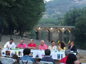 Florentino Gómez durante la presentación de El vértigo de la eternidad en Pinofranqueado. Editorial Adarve de España