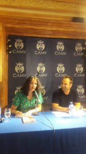 Rosalía de Santos junto a Javier Samper durante la presentación de la novela Oscuras luces de septiembre en Villena. Editoriales de España, Editorial Adarve