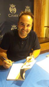 Javier Samper firma ejemplar de su novela Oscuras luces de septiembre. Editorial Adarve de España