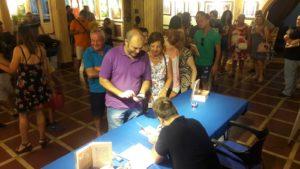 Público esperando su ejemplar de Oscuras luces de septiembre autografiado. Editoriales actuales de España, Adarve
