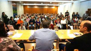 Público asistente a la presentación de la novela En las afueras. Editorial Adarve, Editoriales españolas