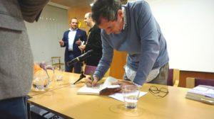 Cesar la Iglesia firmando un ejemplar de su libro En las afueras. Editorial Adarve, Editoriales actuales de España