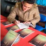 Duván Vargas firma un ejemplar de su novelaContraproducente. Editoriales actuales de España, Editorial Adarve