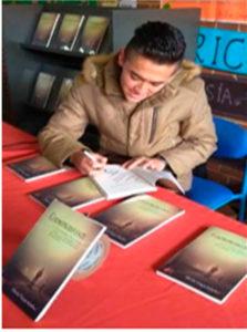 Duván Vargas durante la firma de ejemplares de su novela Contraproducente. Editorial Adarve de España