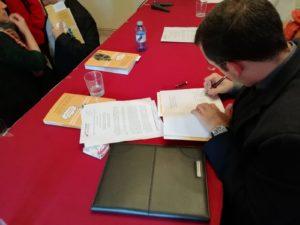 Anselmo Matilla Santos firmando un ejemplar de su Manual de Historia de la Filosofía. Editorial Adarve, Editoriales de España