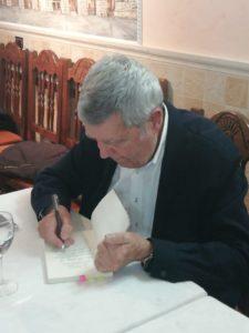 García albi firma un ejemplar de la novela El hípster de la corte del emperador. Editorial Adarve, Editoriales de España, Editoriales españolas