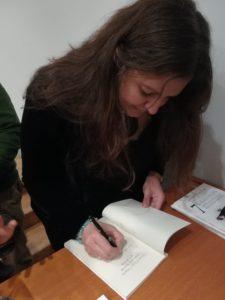 Carmen de la Torre Peña firma un ejemplar de su libro Siete cristales Siete pasos para alcanzar tus metas. Editorial Adarve, Editorial Adarve de España, Editoriales de España, Editoriales españolas, Editoriales actuales de España