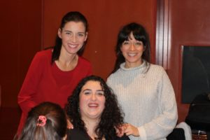Ana Carreño junto a dos lectoras de su novela juvenil y feminista Anomine. Editoriales de España, Editorial Adarve, Editorial Adarve de España, Editoriales actuales