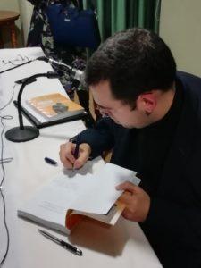Matilla Santos firma ejemplares del Manual de Historia de la Filosofía. Editorial Adarve, Editorial Adarve de España, Editoriales españolas, Editoriales españolas actuales, Editoriales de España, Editoriales actuales de España