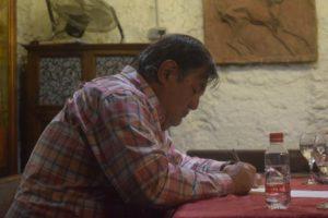 Luis de Diego firma ejemplares de su libro de relatos Burbujas de la vida. Editorial Adarve, Editorial Adarve de España, Editoriales de España, Editoriales actuales de España, Editoriales españolas, Editoriales españolas actuales