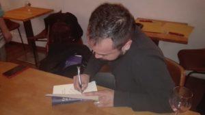 Firmando ejemplares. Editorial Adarve, Colección Verso y Color, Editoriales de España, Editorial Adarve de España, Editoriales actuales de España, Editoriales españolas, Editoriales españolas actuale