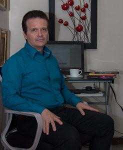 Fotografía de Luis Eduardo Uribe, autor del libro Leonardo da Vinci las sombras del futuro. Editorial Adarve, Editorial Adarve de España, Editoriales de España, Editoriales actuales de España, Editoriales españolas, Editoriales españolas actuales