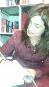 Etxenara Mendicoa firma un ejemplar de La inocencia de las sardinas. Editorial Adarve, Editoriales de España