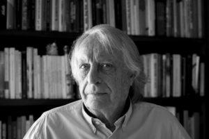 Fotografía del novelista español Alberto Vázquez Figueroa. Editorial Adarve, Editorial tradicional