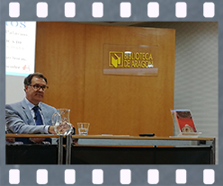 José Garrido durante la presentación de Destinos inciertos. Editorial Adarve, Editoriales que aceptan manuscritos